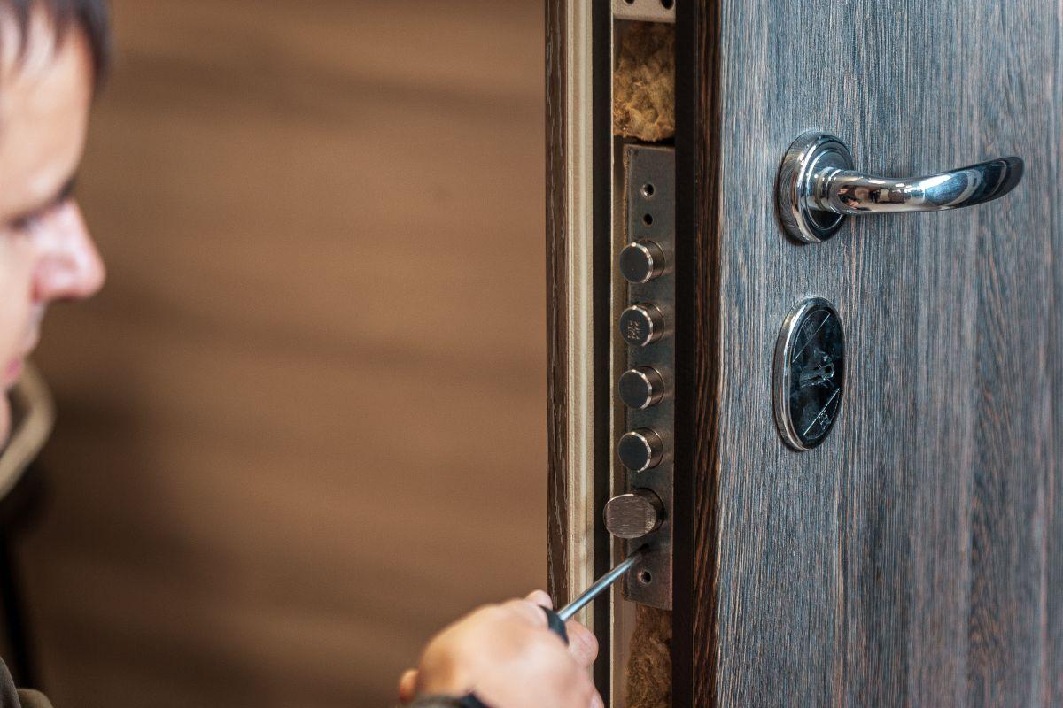 Durų spyna su papildoma apsaugine plokštele - Spynų Meistras Klaipėdoje