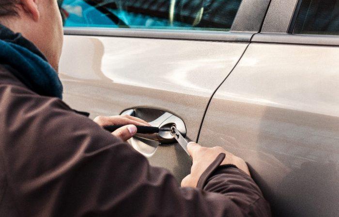 Avarinis automobilio durų atrakinimas